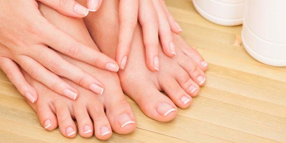 Prachtige foto van handen en voeten na pedicure behandeling.