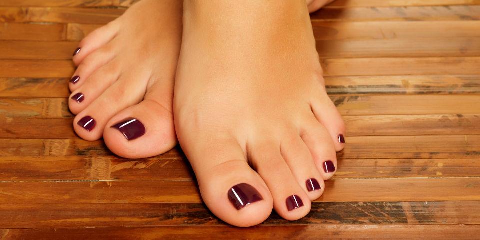 voeten-gelakt-donker-pedicure